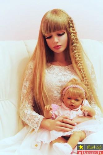 دختری که خود به شکل عروسک باربی کرده است