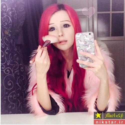 دختر آرایشگری که با آرایش خود را به شکل عروسک کرده است