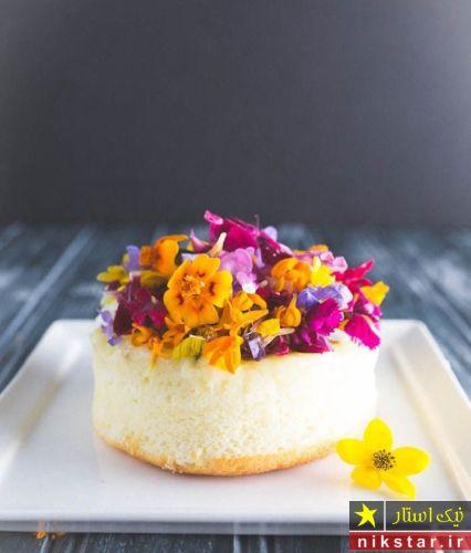تزیین کیک ساده خانگی با گل طبیعی