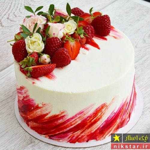 تزیین کیک با خامه و میوه و گل طبیعی