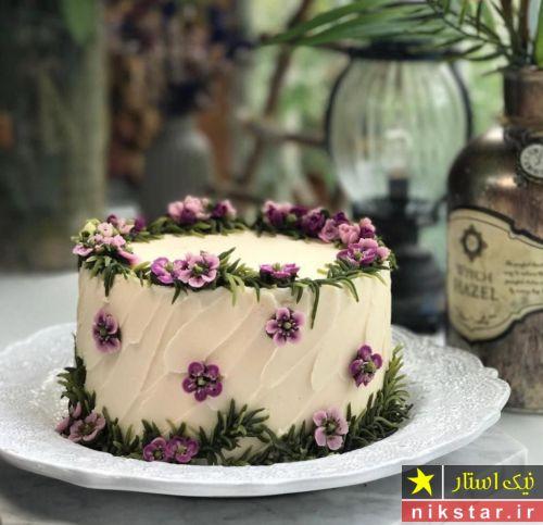 تزیین کیک با خامه و گل طبیعی