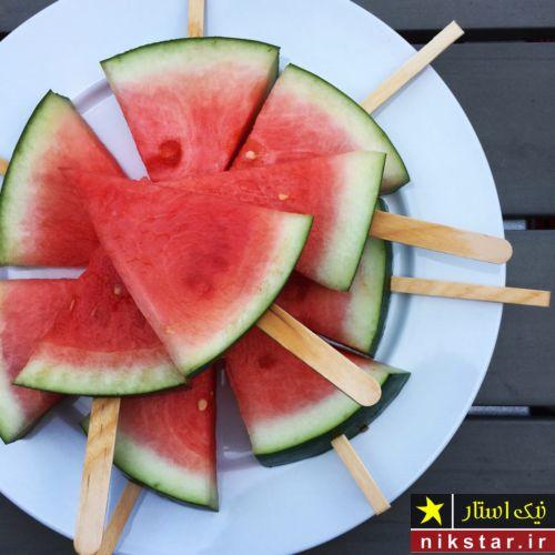 تزیین هندوانه شب یلدا به شکل بستی با چوب بستنی
